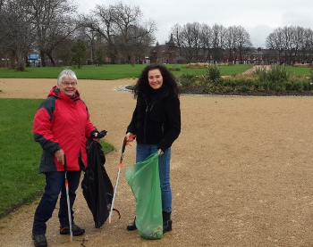 AS and MW litter picking in Alex Park (350x277)